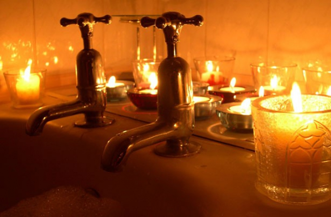 candles-around-bath