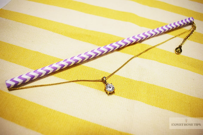use a straw to prevent necklace from tangling